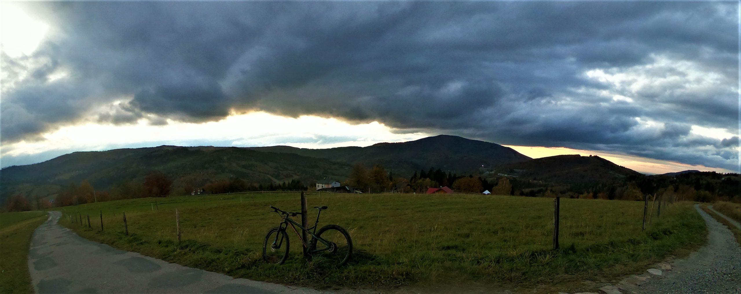 Żółty szlak poniżej kamiennego w drodze na Trzy Kopce Wiślańskie rowerem