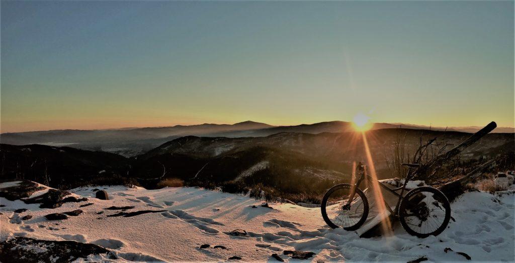 Malinowska Skała rowerem, wschód słońca w drodze na Baranią Górę rowerem.