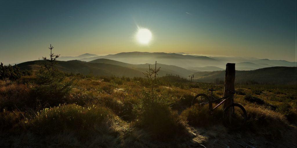 Magurka Wiślańska, wschód słońca w drodze na Baranią Górę rowerem