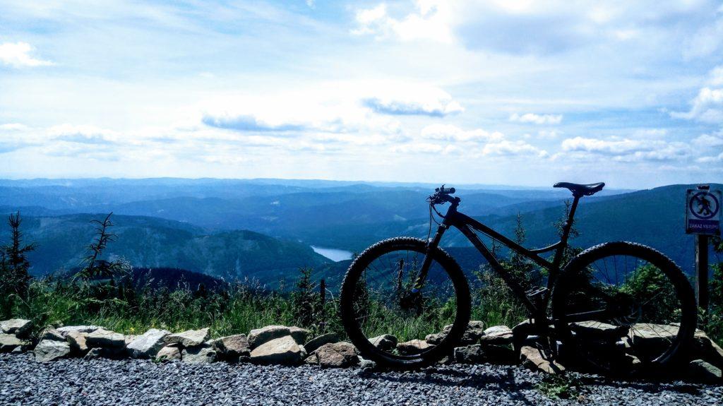 Lysa Hora rowerem, widok ze szczytu na zalewu Ostravica