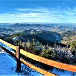 Lysa Hora rowerem, zimowy widok ze szczytu.