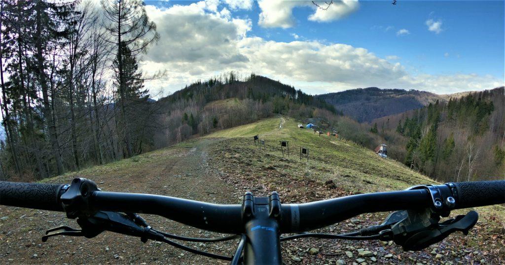 Niebieski szlak z Orłowej rowerem, widok na Beskidek i Równicę