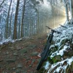 Lysa Hora rowerem, niebieski szlak w stronę szczytu