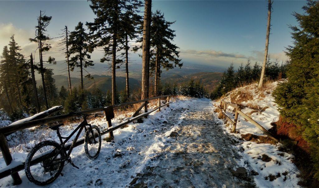 Końcówka czerwonego szlaku na Łysą Górę rowerem