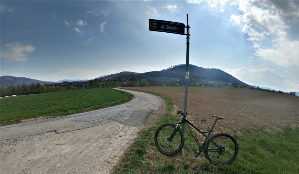 Droga na Równicę żółtym szlakiem w stronę Lipowskiego Gronia