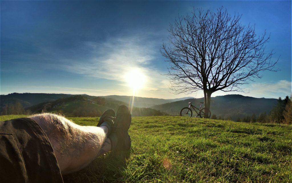Szybki podjazd rowerem na Cieńków, widok na zachód słońca.