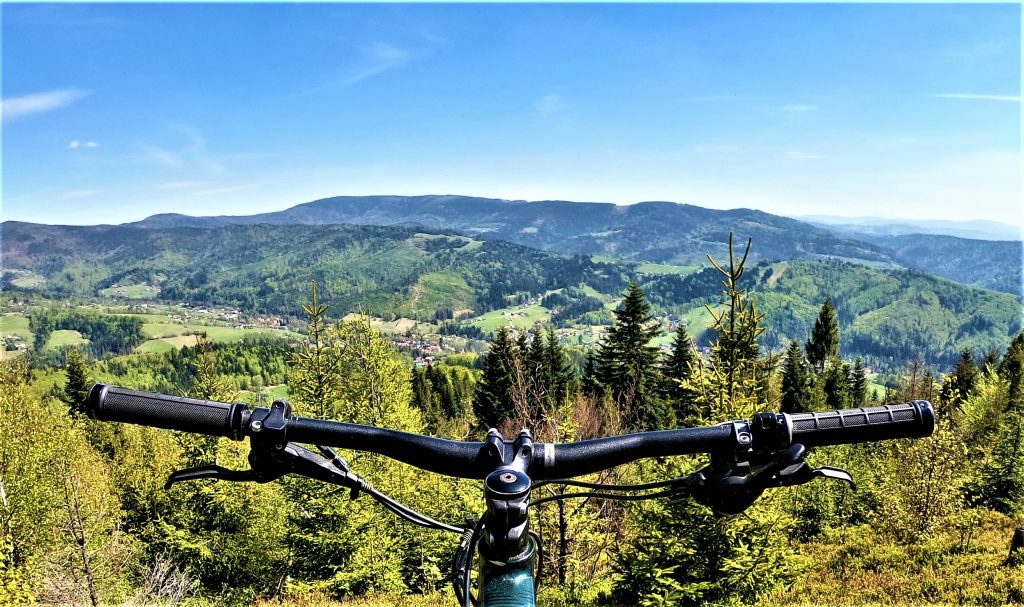 Wiślański Czupel rowerem, widok ze szczytu na Skrzyczne