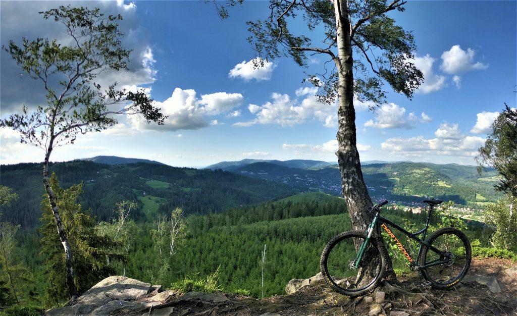 Widok z Krzakoskiej Skały, górska trasa rowerowa na Górę Cieślar