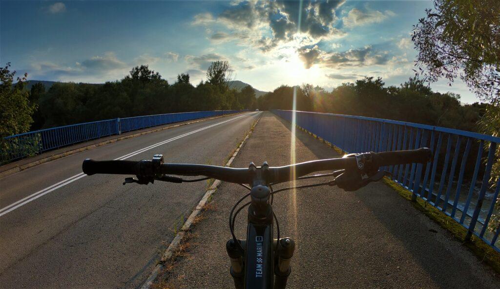 Główny most nad Wisłą na trasie rowerowej na Równicę