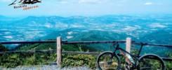 Na Łysą Hore rowerem. Widok ze szczytu, początek żółtego szlaku